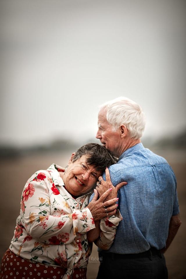 """Bộ ảnh khắc họa chân dung tình yêu của những con người """"nắm tay nhau đi suốt cuộc đời"""" - 4"""
