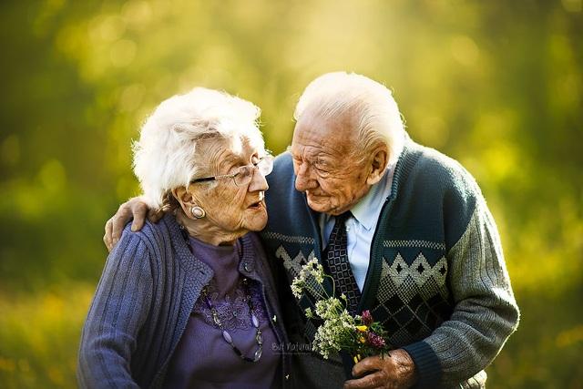 """Bộ ảnh khắc họa chân dung tình yêu của những con người """"nắm tay nhau đi suốt cuộc đời"""" - 8"""