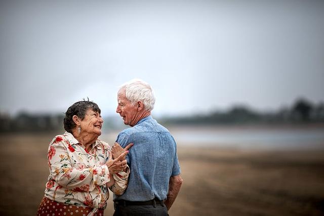 """Bộ ảnh khắc họa chân dung tình yêu của những con người """"nắm tay nhau đi suốt cuộc đời"""" - 12"""