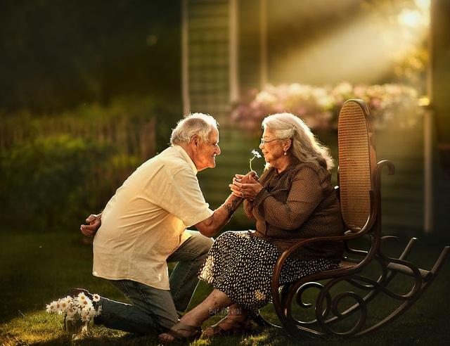 """Bộ ảnh khắc họa chân dung tình yêu của những con người """"nắm tay nhau đi suốt cuộc đời"""" - 7"""