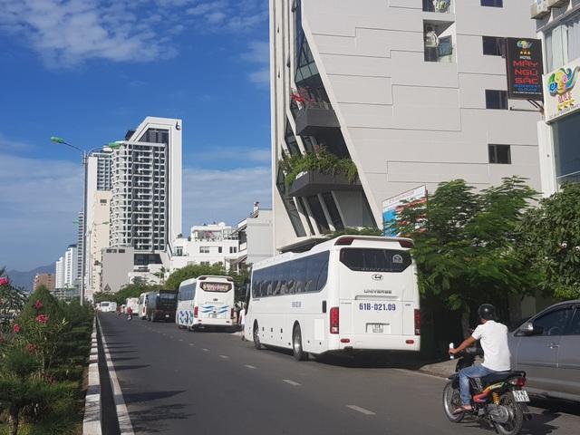 Xe du lịch bát nháo, dừng hàng chục phút trên đường để đón khách - 2