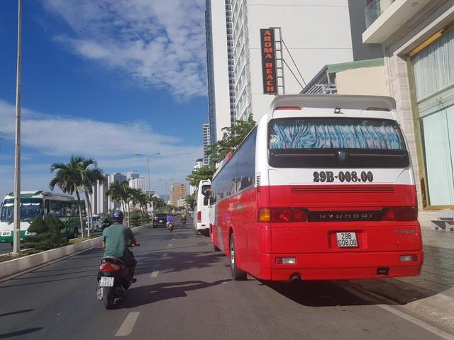 Xe du lịch bát nháo, dừng hàng chục phút trên đường để đón khách - 3