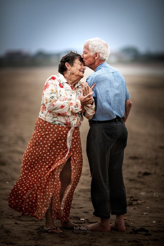 """Bộ ảnh khắc họa chân dung tình yêu của những con người """"nắm tay nhau đi suốt cuộc đời"""" - 5"""