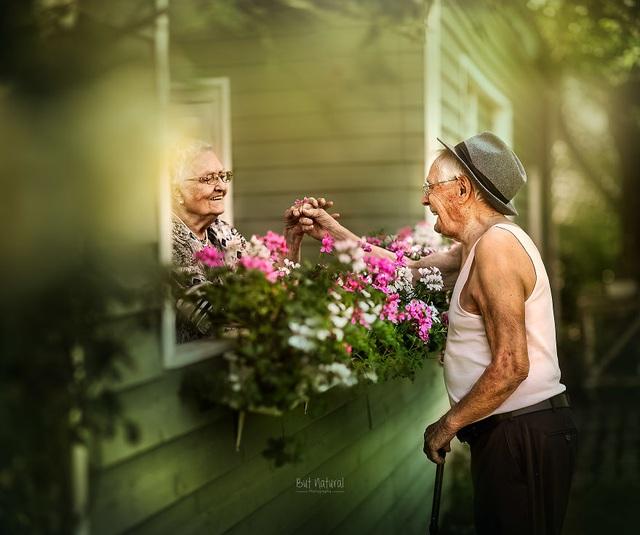 """Bộ ảnh khắc họa chân dung tình yêu của những con người """"nắm tay nhau đi suốt cuộc đời"""" - 14"""
