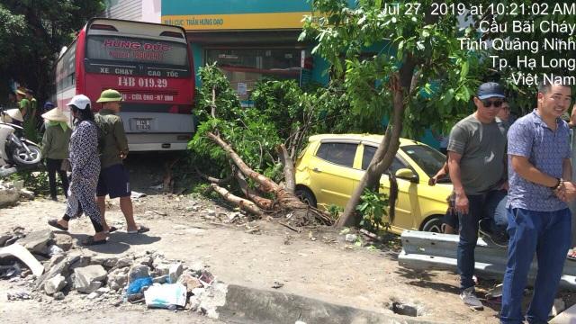 Xe khách nổ lốp quét hàng loạt phương tiện, 2 người tử vong, 3 người trọng thương - 3