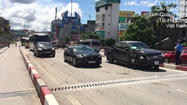 Xe khách nổ lốp quét hàng loạt phương tiện, 2 người tử vong, 3 người trọng thương - 2