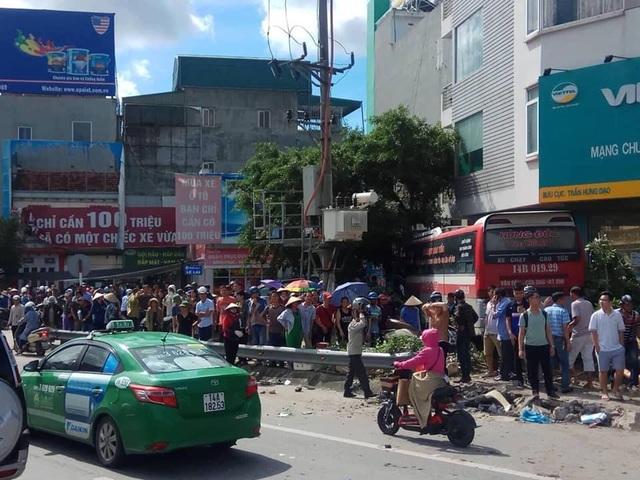 Xe khách nổ lốp quét hàng loạt phương tiện, 2 người tử vong, 3 người trọng thương - 1