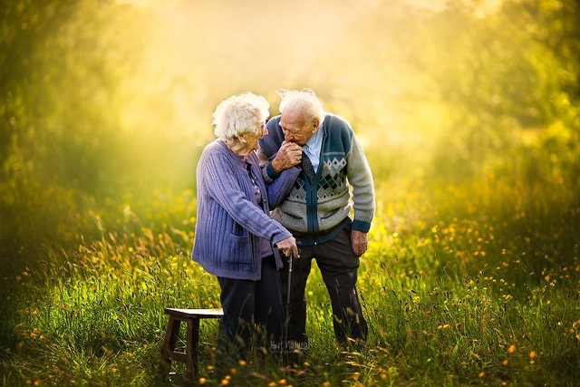 """Bộ ảnh khắc họa chân dung tình yêu của những con người """"nắm tay nhau đi suốt cuộc đời"""" - 6"""