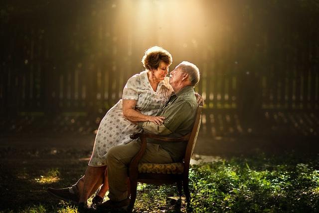 """Bộ ảnh khắc họa chân dung tình yêu của những con người """"nắm tay nhau đi suốt cuộc đời"""" - 10"""