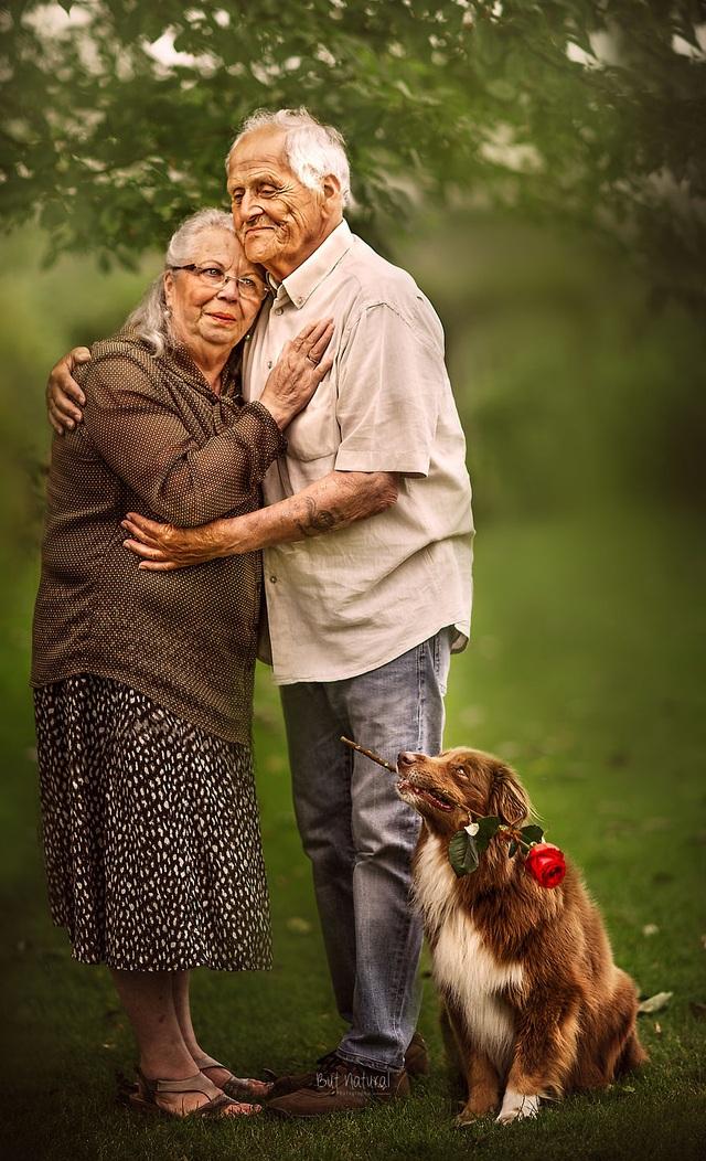 """Bộ ảnh khắc họa chân dung tình yêu của những con người """"nắm tay nhau đi suốt cuộc đời"""" - 1"""