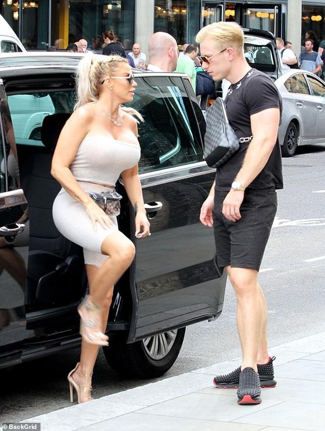 Katie Price khoe ngực khủng khi đi chơi phố cùng bồ trẻ - 1