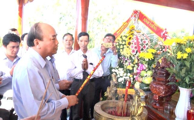 Thủ tướng dâng hương các Anh Hùng liệt sỹ tại Quảng Nam
