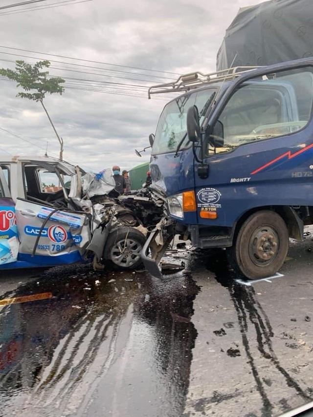 Taxi nát đầu khi tông xe tải, tài xế tử vong - 1