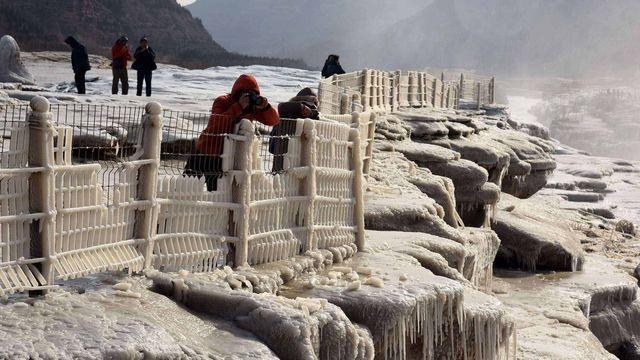 Dân Trung Quốc đổ xô đi xem thác lũ chảy cuồn cuộn - 2