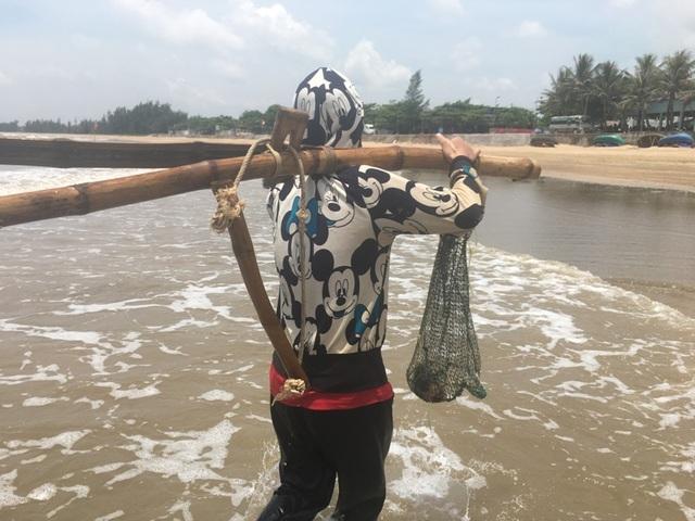 Nghề đi lùi cào ngao ở biển Quỳnh xứ Nghệ, kiếm 300 ngàn/ngày - 3
