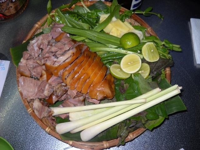 Thịt chó, tiết canh và những món báo Tây khuyên du khách không nên ăn khi đến Việt Nam - 1