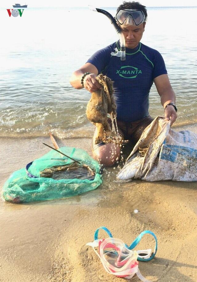 Người đàn ông 8 năm lặn biển nhặt rác ở Sơn Trà - 1