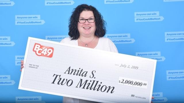 Bất ngờ trúng 2 triệu USD khi mua tấm vé trong lúc đợi mua bánh - 1