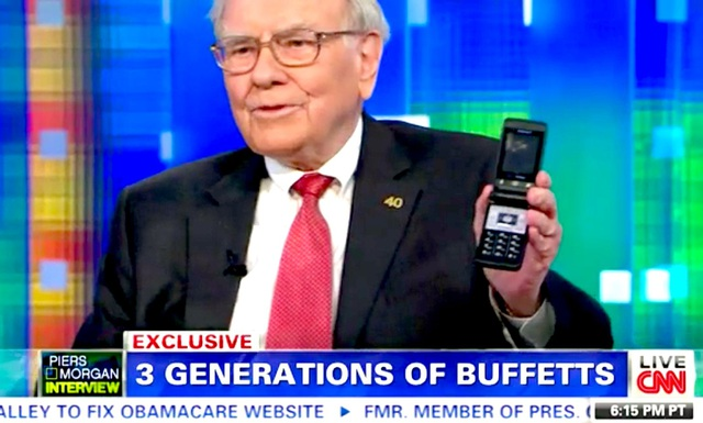 Thuộc nhóm giàu nhất thế giới, nhưng Warren Buffett chỉ dùng chiếc điện thoại cổ giá 20 đô la - 1