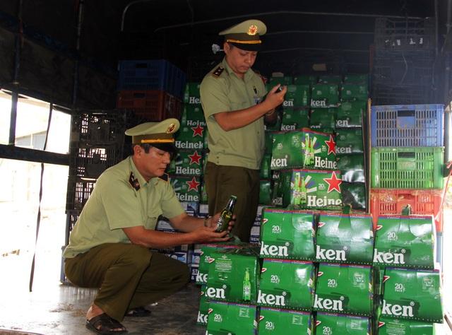 Phú Yên: Bắt giữ hàng chục ngàn chai bia Heineken và sữa Ensure không rõ nguồn gốc - 1