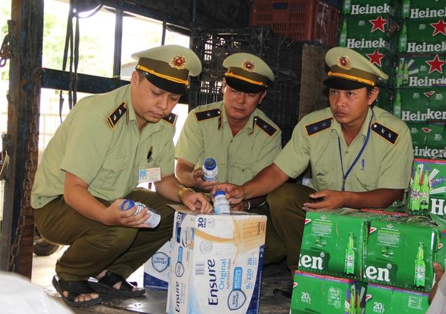 Phú Yên: Bắt giữ hàng chục ngàn chai bia Heineken và sữa Ensure không rõ nguồn gốc - 2
