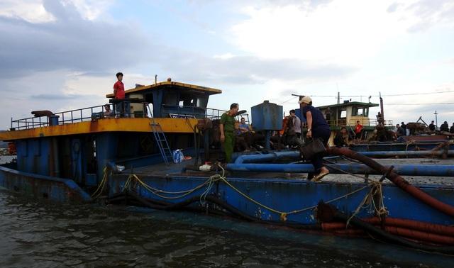 Gần 300 cảnh sát vây bắt tàu cát tặc trên sông - 4