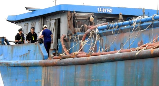 Gần 300 cảnh sát vây bắt tàu cát tặc trên sông - 5