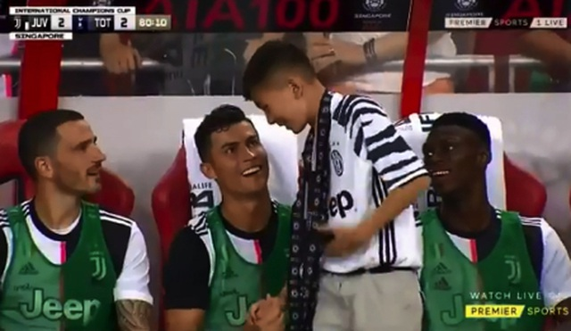 Cổ động viên 14 tuổi bị cảnh sát tạm giữ vì tiếp cận C.Ronaldo - 2