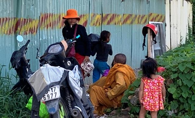 Giấu xe máy sau ống cống, khoác áo nhà sư ra giao lộ… xin tiền - 2