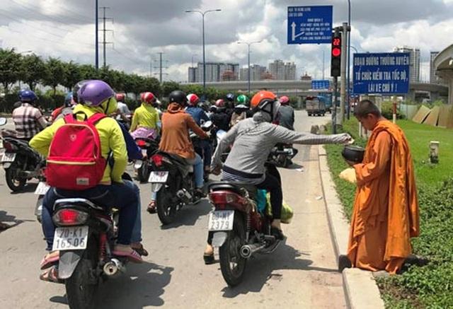 Giấu xe máy sau ống cống, khoác áo nhà sư ra giao lộ… xin tiền - 1