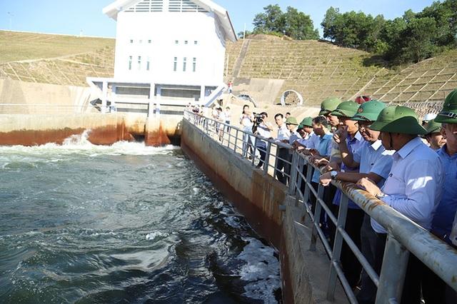 Kiểm tra ô nhiễm bất thường tại đập dâng thủy lợi ngàn tỷ - 4