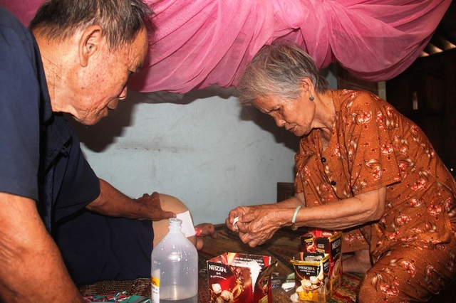 Xót thương vợ chồng già 40 năm nuôi đứa con Chín lết nhiễm chất độc da cam - 3