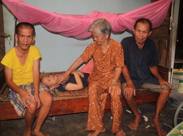 Xót thương vợ chồng già 40 năm nuôi đứa con Chín lết nhiễm chất độc da cam - 1