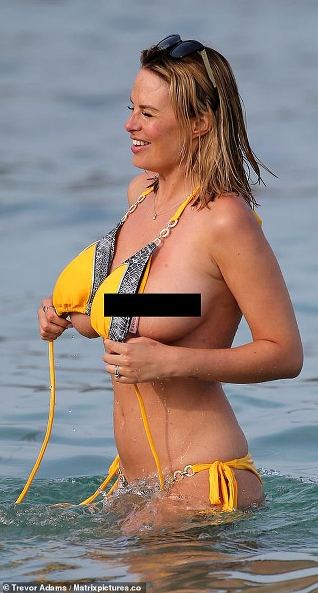 Rhian Sugden bất ngờ cởi áo trên biển - 4
