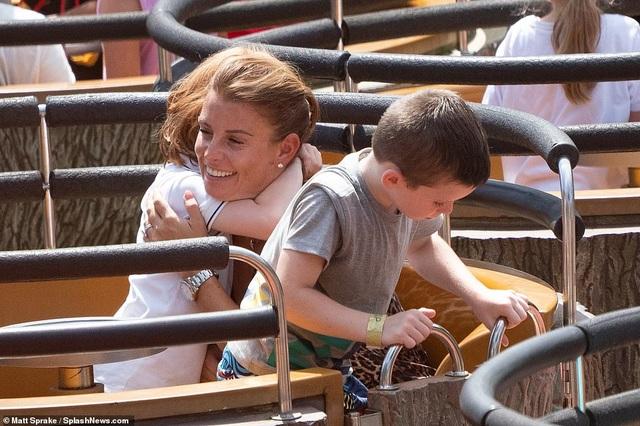 Coleen Rooney đưa con đi chơi công viên - 4