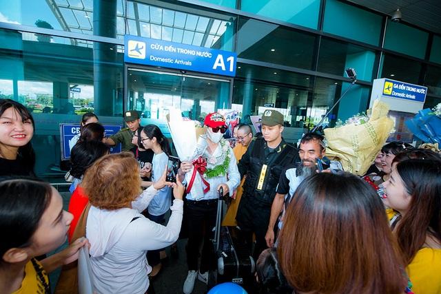 Tân quán quân Giọng hát Việt Đức Thịnh bịt kín mặt khi được chào đón ở quê nhà - 4