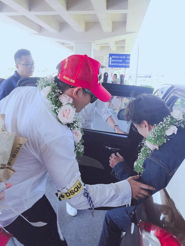 Tân quán quân Giọng hát Việt Đức Thịnh bịt kín mặt khi được chào đón ở quê nhà - 6