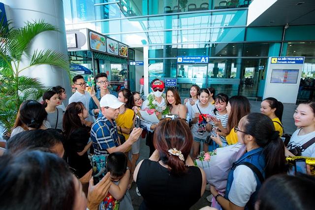 Tân quán quân Giọng hát Việt Đức Thịnh bịt kín mặt khi được chào đón ở quê nhà - 5