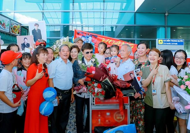Tân quán quân Giọng hát Việt Đức Thịnh bịt kín mặt khi được chào đón ở quê nhà - 3