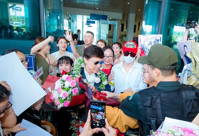 Tân quán quân Giọng hát Việt Đức Thịnh bịt kín mặt khi được chào đón ở quê nhà - 1