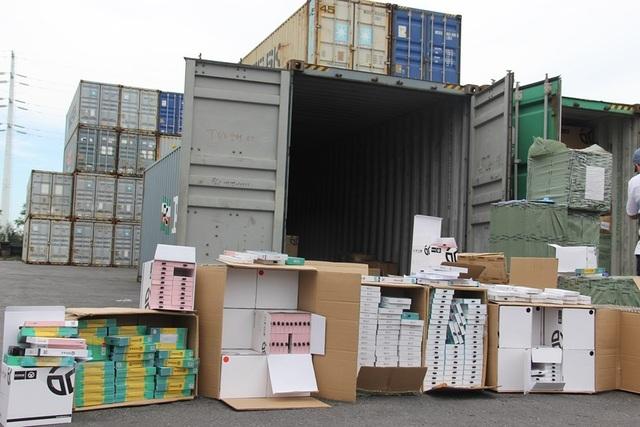 Bắt container chứa hàng nghìn phụ kiện điện thoại Trung Quốc giả xuất xứ Việt Nam - 1