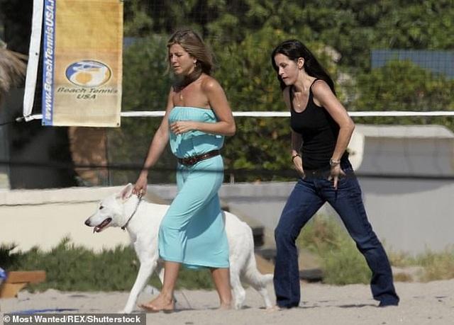 Jennifer Aniston và chồng cũ tái ngộ vì cún cưng - 8