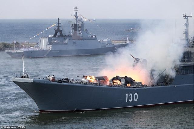 Tàu chiến, máy bay Nga rầm rộ phô diễn sức mạnh trong lễ duyệt binh - 12