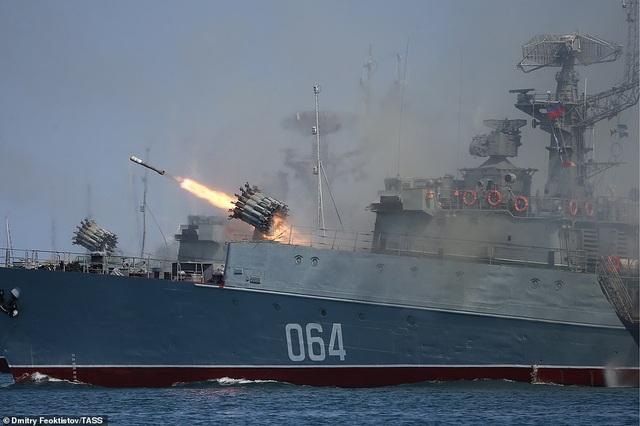 Tàu chiến, máy bay Nga rầm rộ phô diễn sức mạnh trong lễ duyệt binh - 13