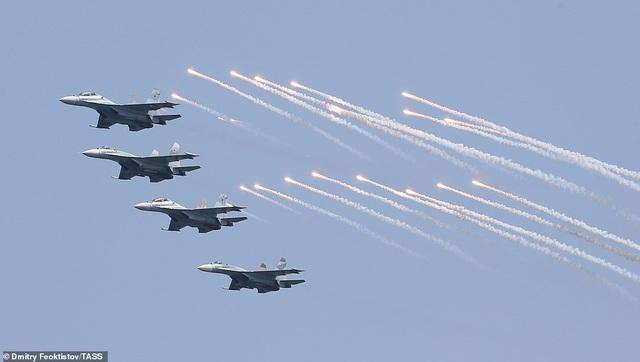 Tàu chiến, máy bay Nga rầm rộ phô diễn sức mạnh trong lễ duyệt binh - 14