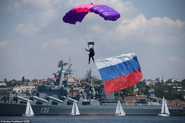 Tàu chiến, máy bay Nga rầm rộ phô diễn sức mạnh trong lễ duyệt binh - 15