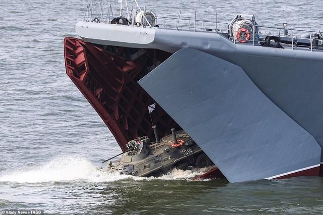 Tàu chiến, máy bay Nga rầm rộ phô diễn sức mạnh trong lễ duyệt binh - 16