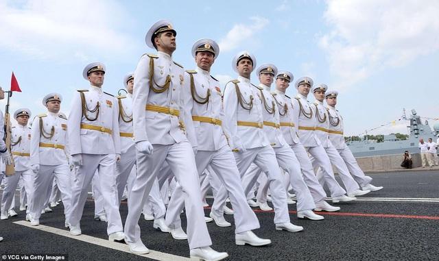 Tàu chiến, máy bay Nga rầm rộ phô diễn sức mạnh trong lễ duyệt binh - 9