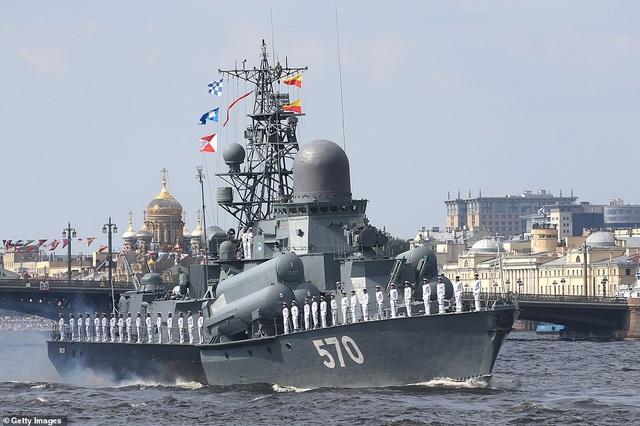 Tàu chiến, máy bay Nga rầm rộ phô diễn sức mạnh trong lễ duyệt binh - 10