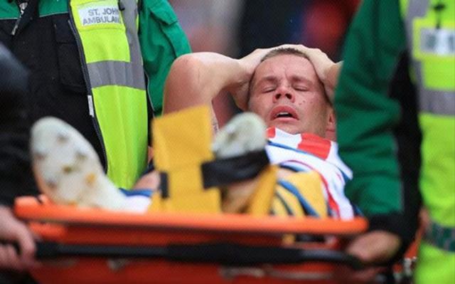Kinh hoàng pha gãy gập chân vì xoạc bóng lỗi của tuyển thủ Anh